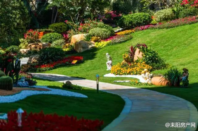 既能借大气磅礴的山景和江景,又能在庭院间通过植物组团自然围合,内